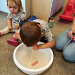 fun-play-niepubliczne-przedszkole-żłobek-tarnów-zabawa-kolorowa-piana (11)
