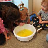 fun-play-niepubliczne-przedszkole-żłobek-tarnów-zabawa-kolorowa-piana (2)