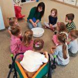 fun-play-niepubliczne-przedszkole-żłobek-tarnów-zabawa-kolorowa-piana (3)