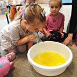 fun-play-niepubliczne-przedszkole-żłobek-tarnów-zabawa-kolorowa-piana (5)